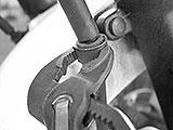 Halter für den Bremsschlauch lösen