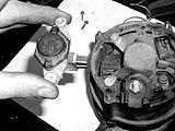 Bürstenhalter in die Lichtmaschine einbauen