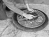 Reifen vom Rad heben