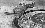 Reifen ins Reifenbett treten