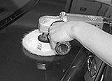 Heckklappe mit Poliermaschine polieren