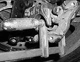 Bremssattel mit Schraubzwinge zurückdrücken