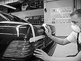 Auto für Lackierung mit Schleifklotz vorbereiten