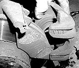 Bremssattel abschwenken und festbinden